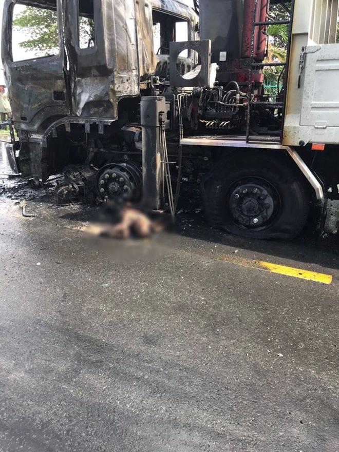 Người đi xe máy sau khi va chạm với xe tải bốc cháy - Ảnh 1.