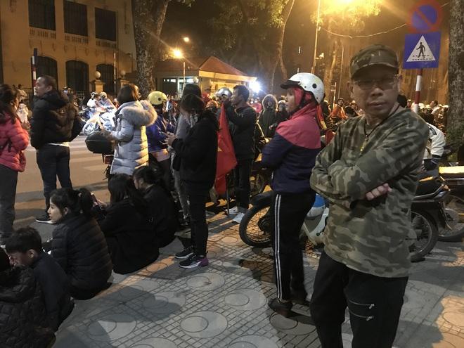 Bất chấp đêm lạnh hàng trăm người hâm mộ ngóng đợi U22 Việt Nam - Ảnh 6.