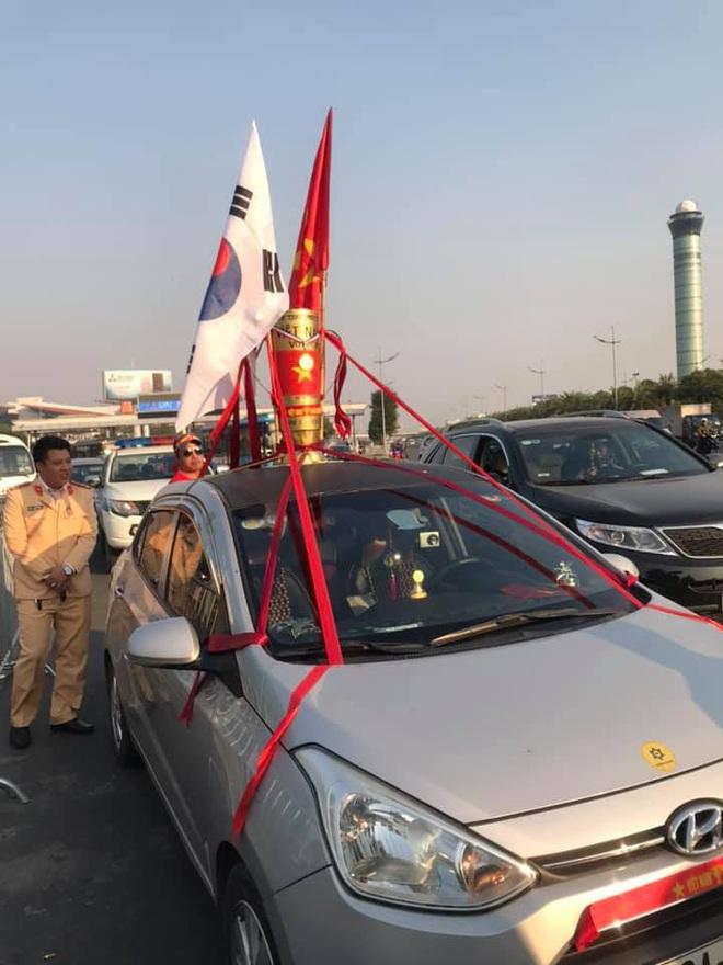 Người dân lái máy cày ra Nội Bài đón những người hùng SEA Games 30 - Ảnh 8.