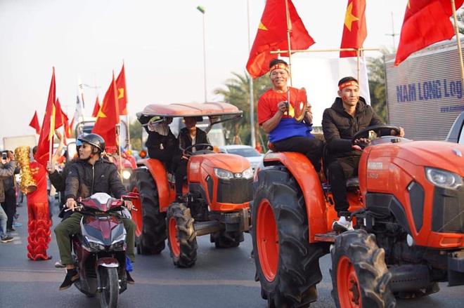 Người dân lái máy cày ra Nội Bài đón những người hùng SEA Games 30 - Ảnh 6.