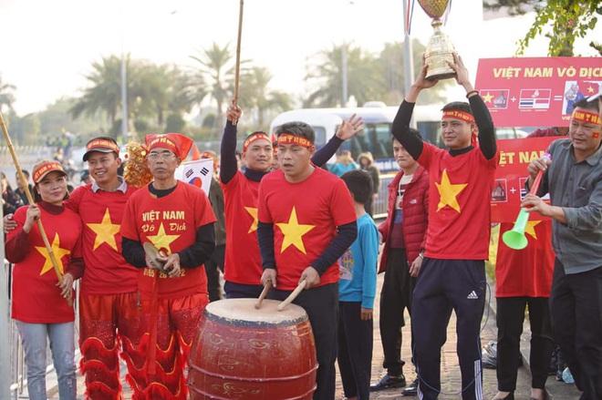 Người dân lái máy cày ra Nội Bài đón những người hùng SEA Games 30 - Ảnh 4.