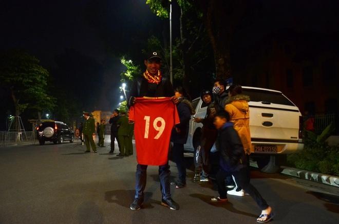 Bất chấp đêm lạnh hàng trăm người hâm mộ ngóng đợi U22 Việt Nam - Ảnh 4.