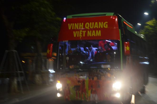 Bất chấp đêm lạnh hàng trăm người hâm mộ ngóng đợi U22 Việt Nam - Ảnh 10.