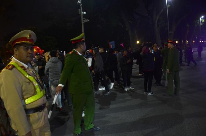 Bất chấp đêm lạnh hàng trăm người hâm mộ ngóng đợi U22 Việt Nam - Ảnh 12.
