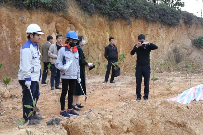 Chôn trộm chất thải nguy hại ở Sóc Sơn: Giám định mẫu chất thải rắn và mẫu nước - Ảnh 2.