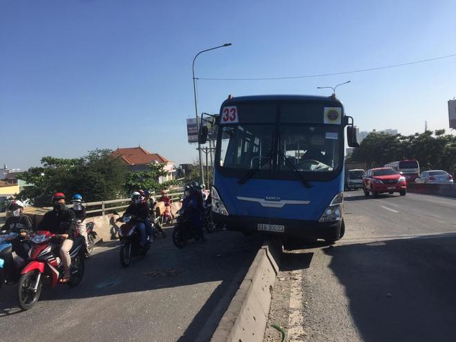 Xe buýt trèo lên dải phân cách ở Sài Gòn, nhiều hành khách hoảng loạn kêu cứu - Ảnh 1.