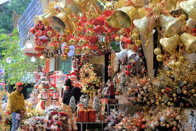 Thị trường Giáng sinh vào cao điểm, tiểu thương Hàng Mã vừa ăn vừa bán hàng