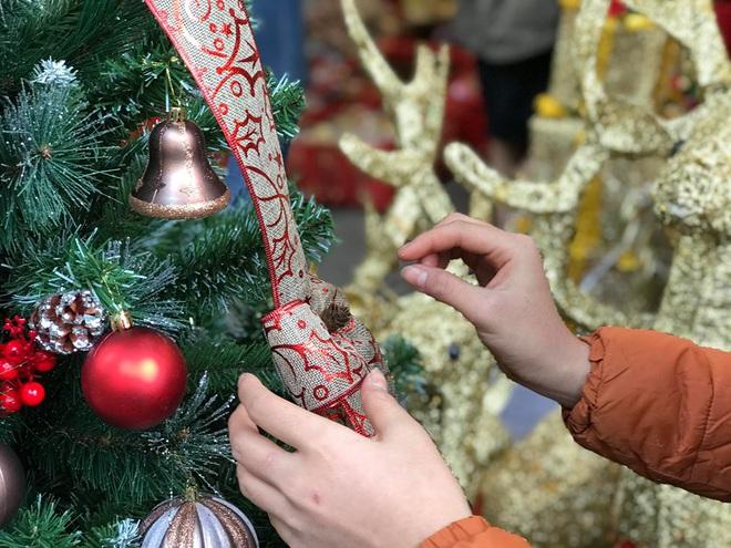 Thị trường Giáng sinh vào cao điểm, tiểu thương Hàng Mã vừa ăn vừa bán hàng - Ảnh 3.