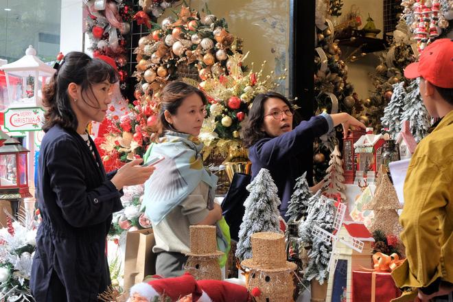 Thị trường Giáng sinh vào cao điểm, tiểu thương Hàng Mã vừa ăn vừa bán hàng - Ảnh 9.