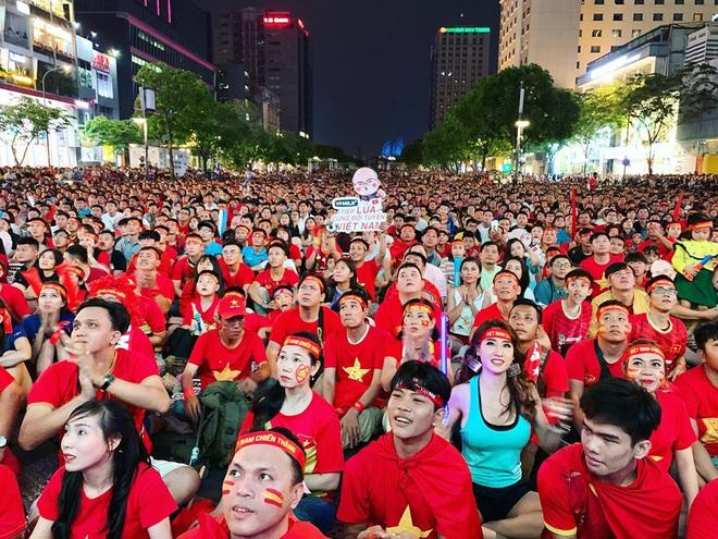 Người Sài Gòn nhảy múa ăn mừng U22 Việt Nam tiến dễ dàng vào chung kết - Ảnh 1.