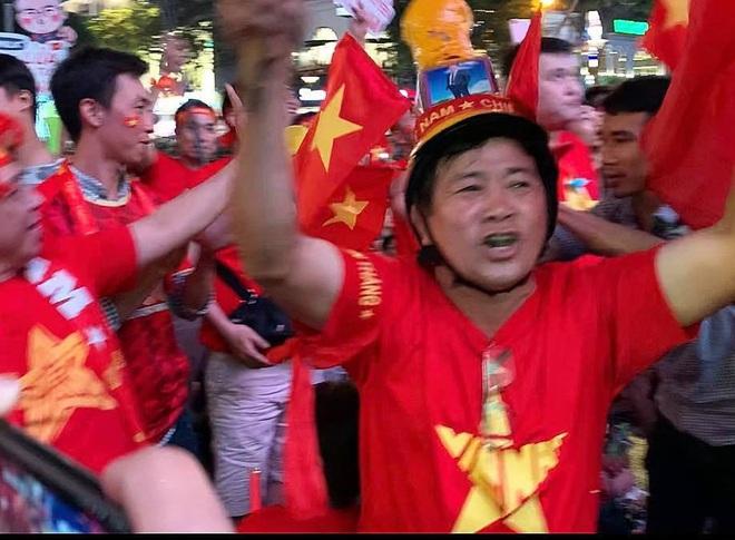 Người Sài Gòn nhảy múa ăn mừng U22 Việt Nam tiến dễ dàng vào chung kết - Ảnh 2.