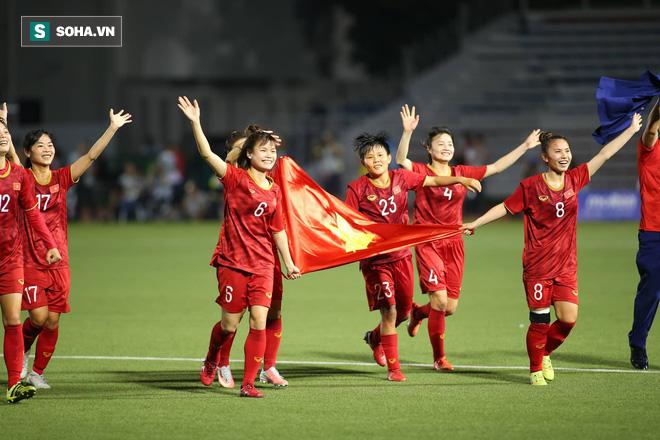 Chùm ảnh: HLV Mai Đức Chung và học trò rạng rỡ ăn mừng HCV SEA Games thứ 2 liên tiếp - Ảnh 2.