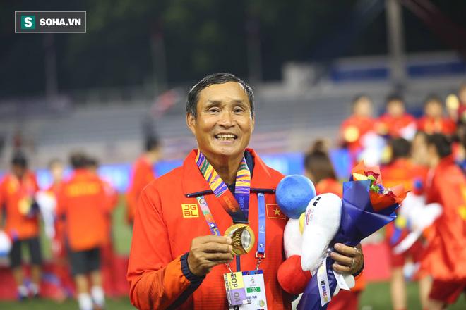 Chùm ảnh: HLV Mai Đức Chung và học trò rạng rỡ ăn mừng HCV SEA Games thứ 2 liên tiếp - Ảnh 1.