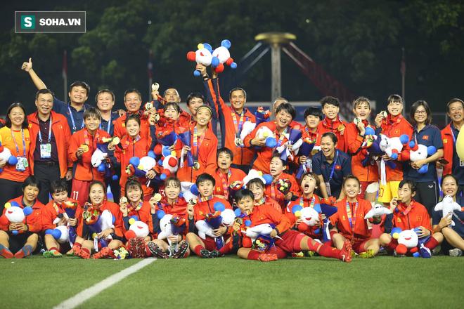 Chùm ảnh: HLV Mai Đức Chung và học trò rạng rỡ ăn mừng HCV SEA Games thứ 2 liên tiếp - Ảnh 12.