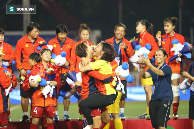 Chùm ảnh: HLV Mai Đức Chung và học trò rạng rỡ ăn mừng HCV SEA Games thứ 2 liên tiếp - Ảnh 16.
