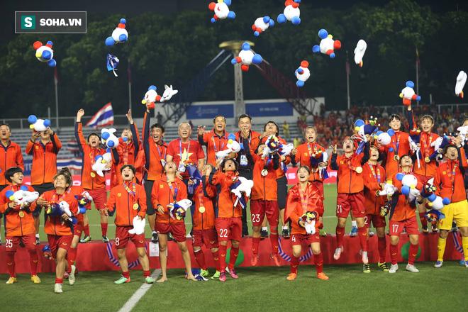 Chùm ảnh: HLV Mai Đức Chung và học trò rạng rỡ ăn mừng HCV SEA Games thứ 2 liên tiếp - Ảnh 17.