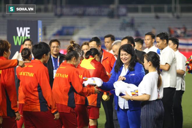 Chùm ảnh: HLV Mai Đức Chung và học trò rạng rỡ ăn mừng HCV SEA Games thứ 2 liên tiếp - Ảnh 11.