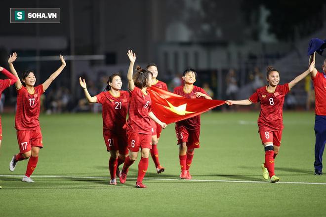 Chùm ảnh: HLV Mai Đức Chung và học trò rạng rỡ ăn mừng HCV SEA Games thứ 2 liên tiếp - Ảnh 3.