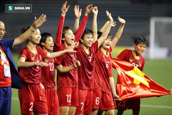 Chùm ảnh: HLV Mai Đức Chung và học trò rạng rỡ ăn mừng HCV SEA Games thứ 2 liên tiếp - Ảnh 4.