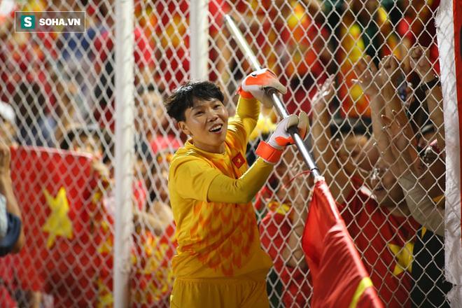 Chùm ảnh: HLV Mai Đức Chung và học trò rạng rỡ ăn mừng HCV SEA Games thứ 2 liên tiếp - Ảnh 6.