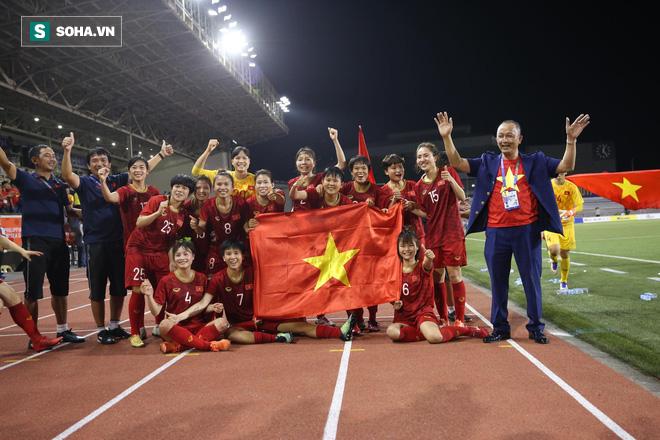 Chùm ảnh: HLV Mai Đức Chung và học trò rạng rỡ ăn mừng HCV SEA Games thứ 2 liên tiếp - Ảnh 9.