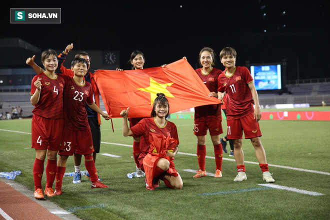 Chùm ảnh: HLV Mai Đức Chung và học trò rạng rỡ ăn mừng HCV SEA Games thứ 2 liên tiếp - Ảnh 8.