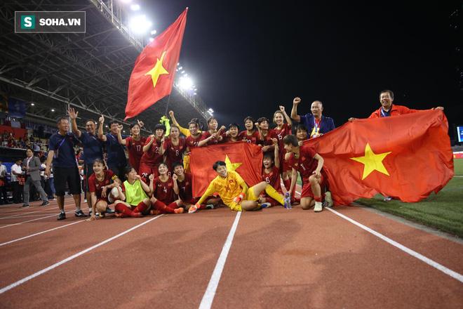Chùm ảnh: HLV Mai Đức Chung và học trò rạng rỡ ăn mừng HCV SEA Games thứ 2 liên tiếp - Ảnh 10.
