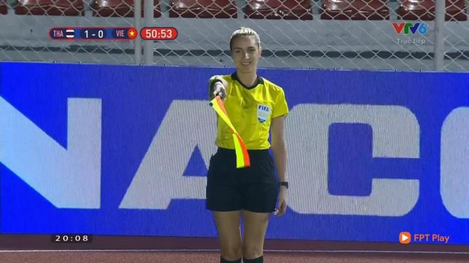 Từ chối bàn thắng của Thái Lan, nữ trọng tài người Australia được fan Việt khen hết lời - Ảnh 2.