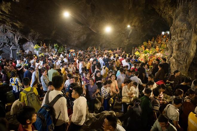 Biển người chen chân dưới nắng nóng ở chùa Hương, dân đứng kín đường ném lì xì cho ông lợn  - Ảnh 4.