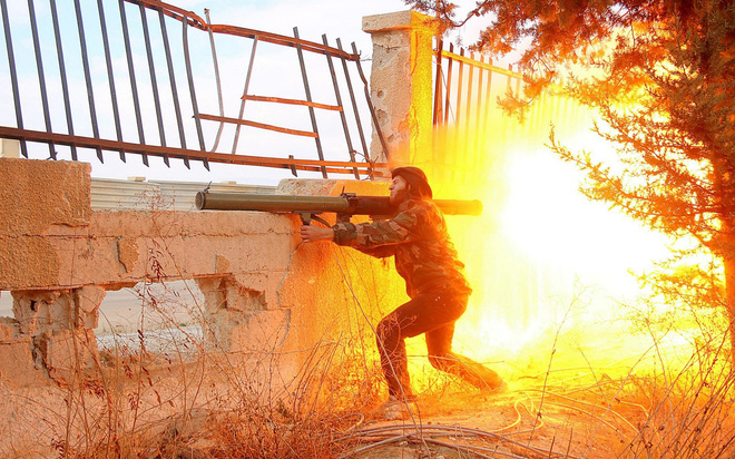 24h qua ảnh: Chiến binh quân nổi dậy Syria nã súng vác vai vào quân chính phủ - ảnh 3