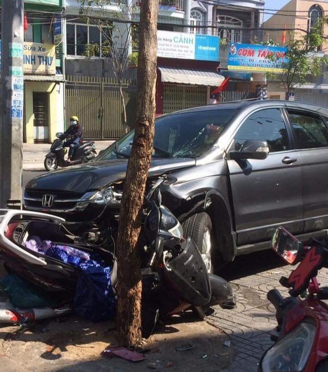 Clip: Đầu năm, ô tô mất lái tông hàng loạt xe máy lên vỉa hè ở Vũng Tàu - Ảnh 2.