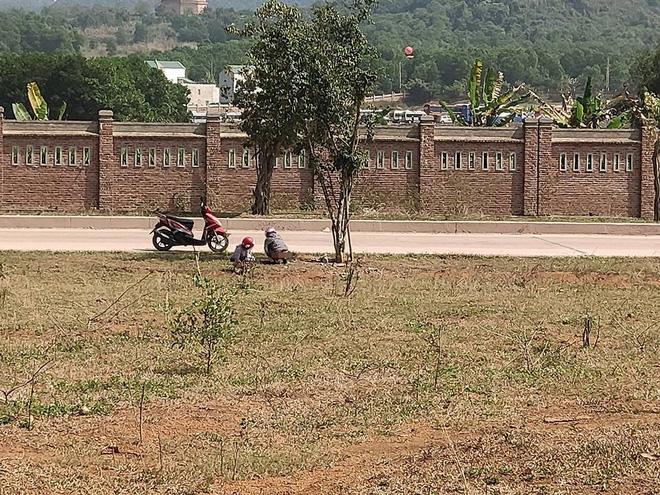 Đi vệ sinh ở bãi đất trống, hai cô gái khiến cả gia đình đang ăn cơm đỏ mặt quay đi - Ảnh 1.
