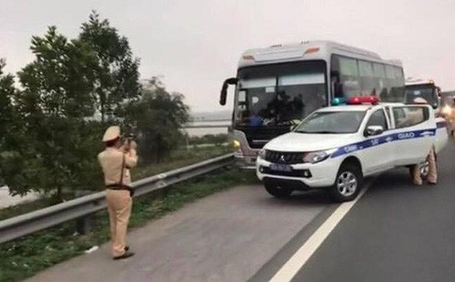 Chở quá số người quy định, xe khách chạy trốn ép xe cảnh sát vào lề đường