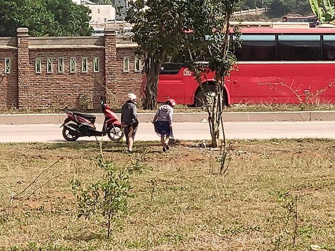 Đi vệ sinh ở bãi đất trống, hai cô gái khiến cả gia đình đang ăn cơm đỏ mặt quay đi - Ảnh 2.