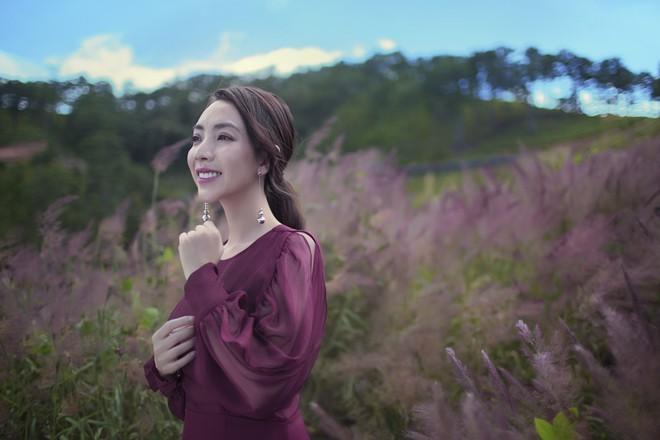 Hoa hậu hài Thu Trang khoe vẻ gợi cảm, mặn mà dịp đầu năm - Ảnh 7.