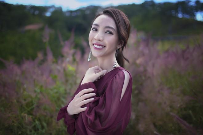 Hoa hậu hài Thu Trang khoe vẻ gợi cảm, mặn mà dịp đầu năm - Ảnh 6.
