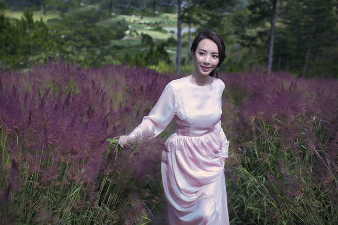 Hoa hậu hài Thu Trang khoe vẻ gợi cảm, mặn mà dịp đầu năm - Ảnh 1.