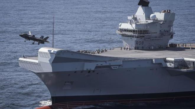 Thách thức tuyên bố bất hợp pháp của TQ, Anh sẽ điều tàu sân bay lớn nhất tới Biển Đông - Ảnh 1.