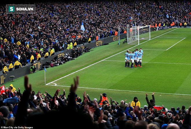 Hạ nhục Chelsea, Man City dìm thầy trò Sarri xuống đáy khốn cùng, trao ghế cho Quỷ đỏ - Ảnh 2.