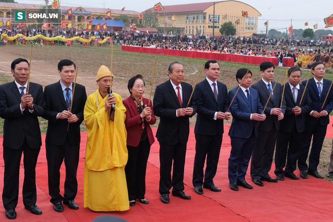 Phó Thủ tướng mặc áo nâu xuống ruộng dắt trâu đi cày ở lễ hội Tịch Điền - Ảnh 2.