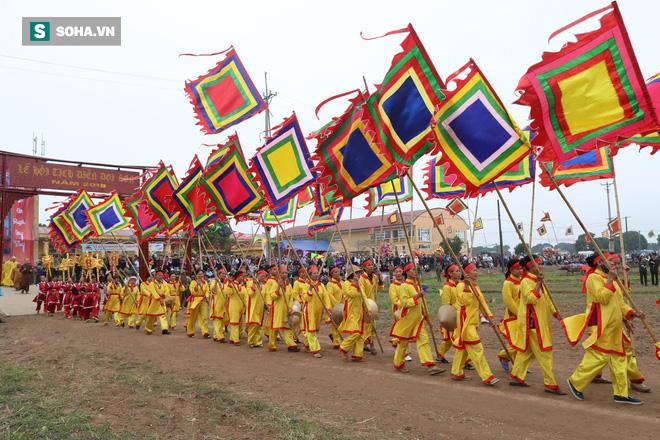 Phó Thủ tướng mặc áo nâu xuống ruộng dắt trâu đi cày ở lễ hội Tịch Điền - Ảnh 1.