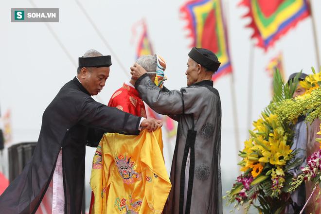 Phó Thủ tướng mặc áo nâu xuống ruộng dắt trâu đi cày ở lễ hội Tịch Điền - Ảnh 8.