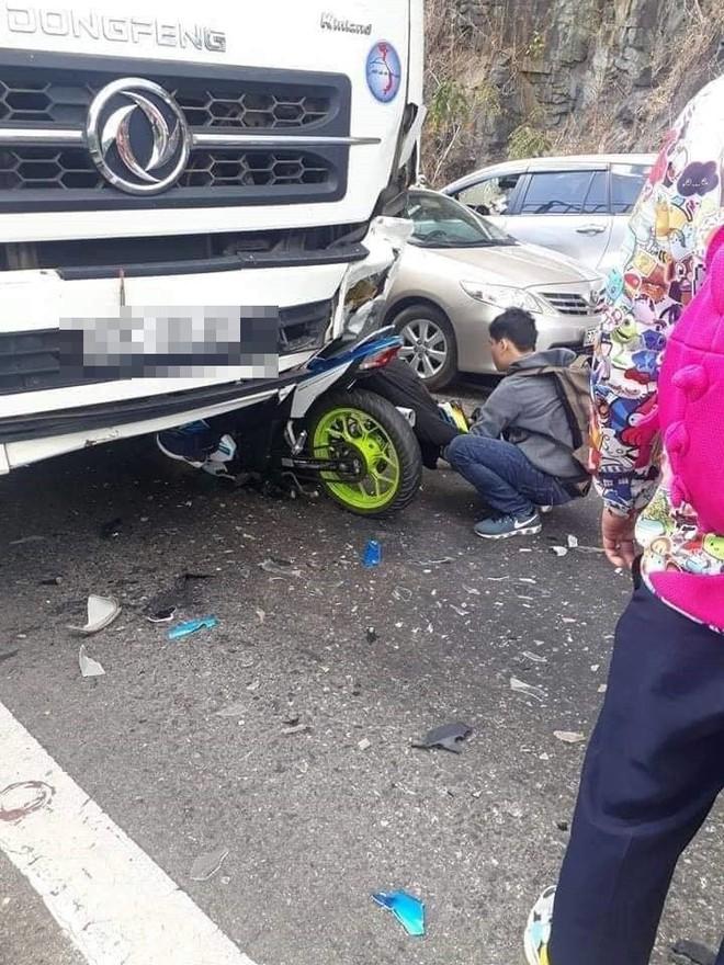 Hiện trường tai nạn vừa xảy ra ở đèo Bảo Lộc, dáng nằm của nạn nhân gây ám ảnh nhất - Ảnh 3.