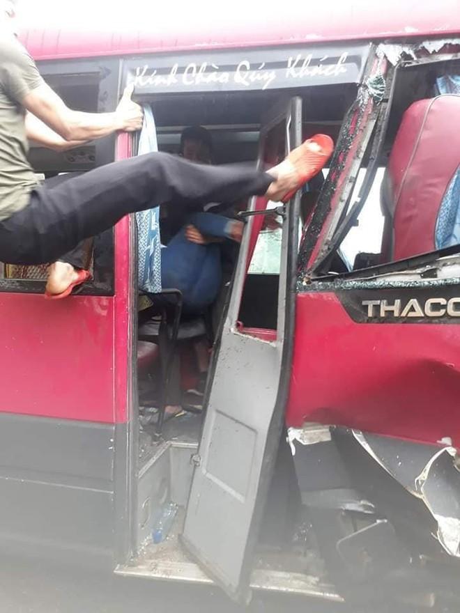 Xe khách đối đầu xe tải, người dân đạp cửa cứu các hành khách đang hoảng loạn ra ngoài - ảnh 3