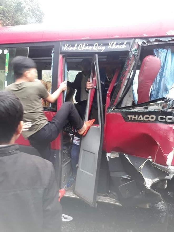 Xe khách đối đầu xe tải, người dân đạp cửa cứu các hành khách đang hoảng loạn ra ngoài - ảnh 4