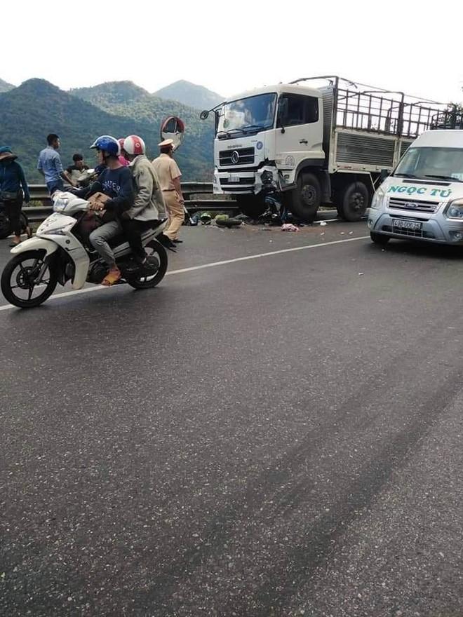 Hiện trường tai nạn vừa xảy ra ở đèo Bảo Lộc, dáng nằm của nạn nhân gây ám ảnh nhất - Ảnh 1.