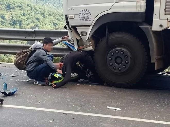 Hiện trường tai nạn vừa xảy ra ở đèo Bảo Lộc, dáng nằm của nạn nhân gây ám ảnh nhất - Ảnh 2.