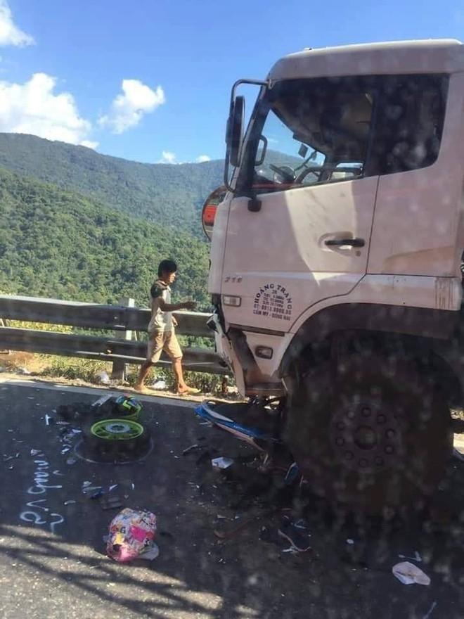 Hiện trường tai nạn vừa xảy ra ở đèo Bảo Lộc, dáng nằm của nạn nhân gây ám ảnh nhất - Ảnh 4.