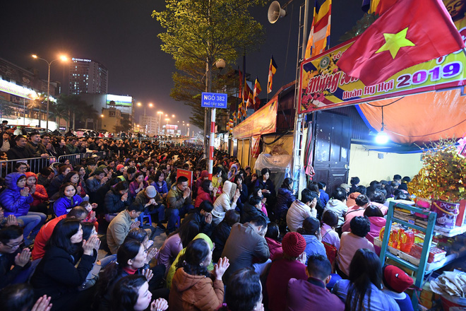 Hàng nghìn người chen chân dâng sớ cúng giải hạn sao La Hầu tại chùa Phúc Khánh - ảnh 9