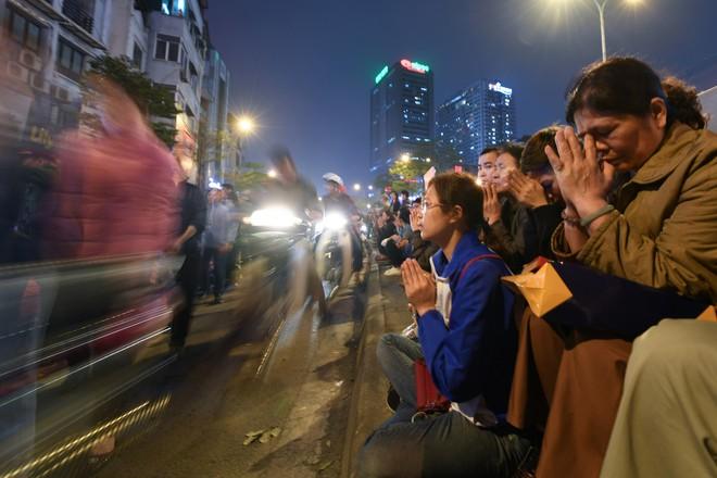 Hàng nghìn người chen chân dâng sớ cúng giải hạn sao La Hầu tại chùa Phúc Khánh - ảnh 17